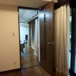 1.室内側に開いている扉を逆開きにします