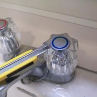 2.カッターなどの薄いものでキャップ部分を上に持ち上げる。