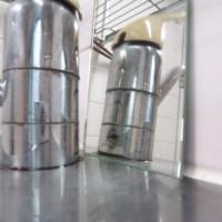 2.水栓の後ろ側に鏡を置いてみると、下の方に小さい穴がある。ここに固定する器具をはめる。