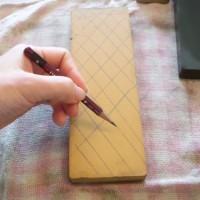 2.修正したい砥石に線を引く。この線の減り具合で平が出たか確認します