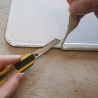 2.カッターで接着剤から剥がすように剥がしていく。本体に傷つけないよう注意。