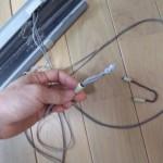 3.昇降コードの端に着いてるプラスチックを開け、コードの結び目を引っ張り出す
