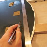 3.鏡面の薄い膜をカットしといた方がうまく切れるのかな?と思い、カッターで表面に切込み入れてみた