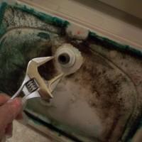 5.手洗い金具を外します。これはレンチがいるかも