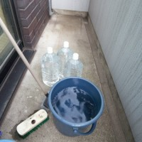 4.掃き終ったら水とデッキブラシを準備