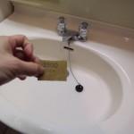 5.さっと流したら水垢を耐水ペーパでこする。