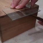 6.カッターの柄の部分で裏からスジの部分を叩き、亀裂を深める