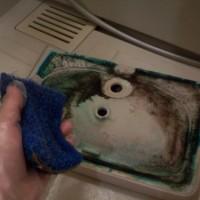 7.最初に固めのスポンジで水洗いしてみる。