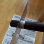 7.テープの外側をノコギリで切る
