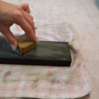 8.こうやってこすると砥汁がでて研ぎやすくなります。
