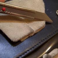 8.カッターの刃で表面をなでるように起毛させつつちょっと削る。時々砂消しでこする。これの繰り返し。