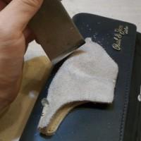 9.普通のカッターでは弱い場合、刃の厚いカッターや革包丁で表面をこする