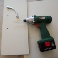 8.取っ手用のビス穴開けます。切り口と逆側に取っ手つける。