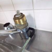 9.こんな感じで固定。これが動いちゃうと下でパイプがねじれちゃって水漏れの原因に。