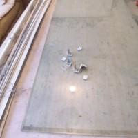 9.テーブルや床に防水できる何かをひく。今回はアクリルの板。板やシートは最小で15cm幅ぐらい、羽の長さ+10cmぐらいでも何とかなる。重要なのは平らである事。