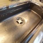 10.台所使えないと困るので、水が跳ねないようにラップで保護
