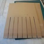 8.横板に5cm間隔で後ろ側(コの字側)半分ぐらいまで切り込みを入れる