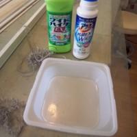 16.深すぎない容器に水と洗濯用洗剤、漂白剤を入れる