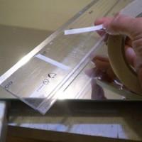 17.ガイドの定規がプラスチック製だとスベルので、両面テープで部分固定します。