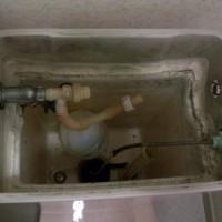 18.スポンジと水ではこれが限界。タンクに残ってた水をいったん流す。注:元栓閉めてないと上向きのホースから盛大に水が噴き出しますよ!