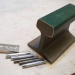 打ち具を打つとき、硬い台の上で打つと綺麗に力が入ります