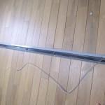19.ブラインドを閉じた状態で紐の長さを調整し、3本まとめて仮で結び、窓に取り付けてから、微調整。調整できたら引き手部分を戻して完成