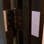 21.蝶番のついた扉をドア枠に取り付け