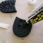 23.裏に穴が開いてて接着面が少ないので、ゴム素材のパテで埋める