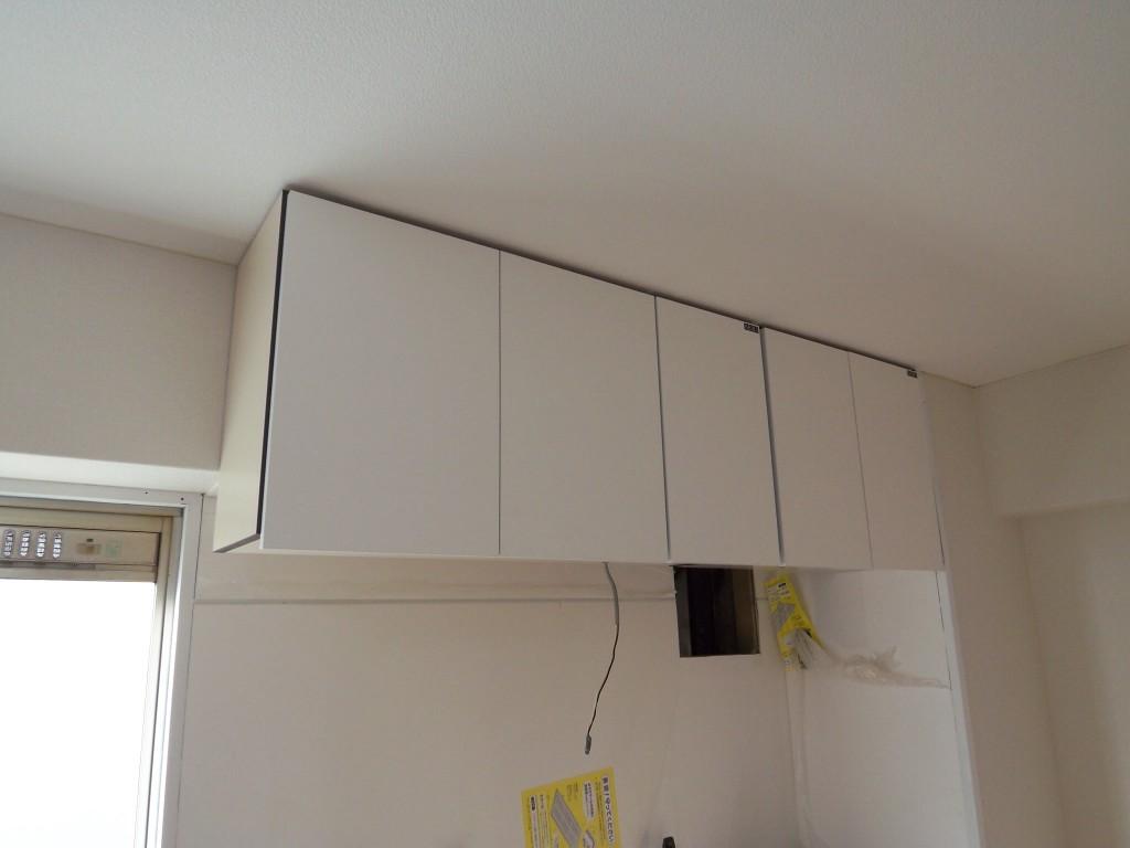 キッチン上に吊り戸棚を設置してみる。ポイントは下地を探せるか。下地探しの道具を使って探します。壁面と天井、両方の下地を探すのを忘れずに。